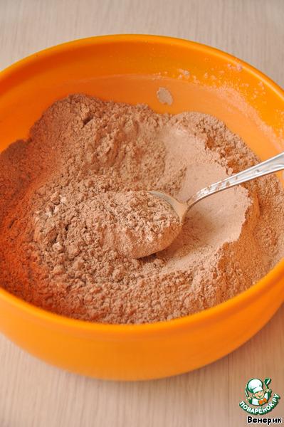 Смешать сухие ингредиенты: муку, разрыхлитель, соль, какао.