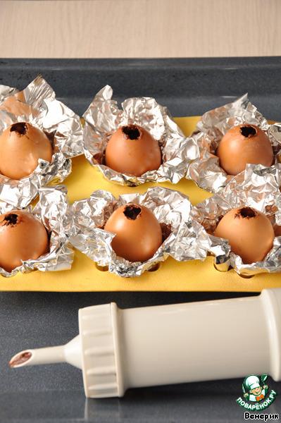 В скорлупу яиц налить немного растительного масла, прокрутить, чтобы всё внутри хорошо смазалось, лишнее вылить (это для того, чтобы легко было снять скорлупу с кекса)   Заполнить шприц тестом, и выдавить в скорлупу на три четвертой части (думаю, можно и на половину заполнить, но я перестраховалась, думала, вдруг кексы плохо поднимутся, и не получится форма яйца)    В форму для кексов положить фольгу, для устойчивости «яиц», на фольгу положить яйца, и запечь в нагретой духовке до 180 гр. 15-20 минут. Я запекала 20 минут.
