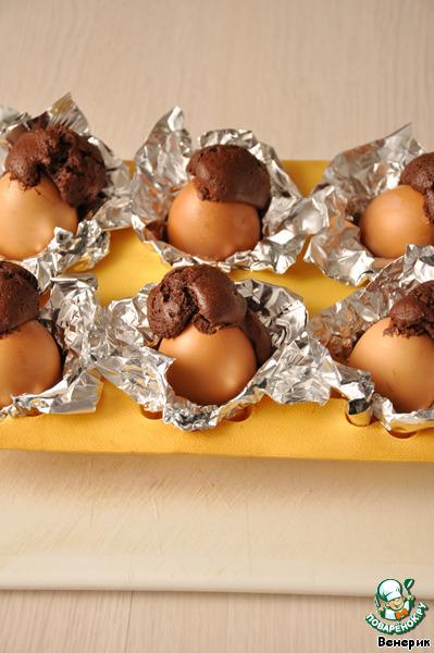 Вынуть форму из духовки и, пока «яйца» горячие, убрать тесто, которое вылилось из отверстия. Скорлупу протереть влажной тряпочкой (если Вы не сделаете это в горячем виде, потом сложнее будет всё это убрать)