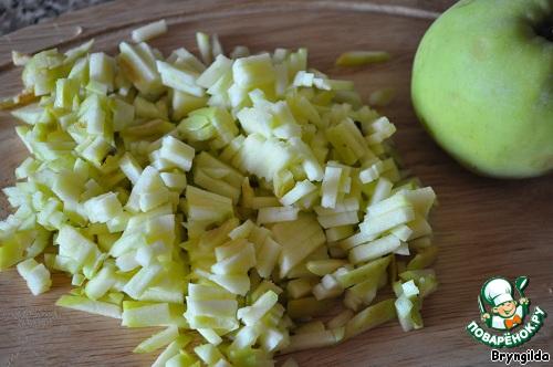 Яблочки мелко-мелко порезала.