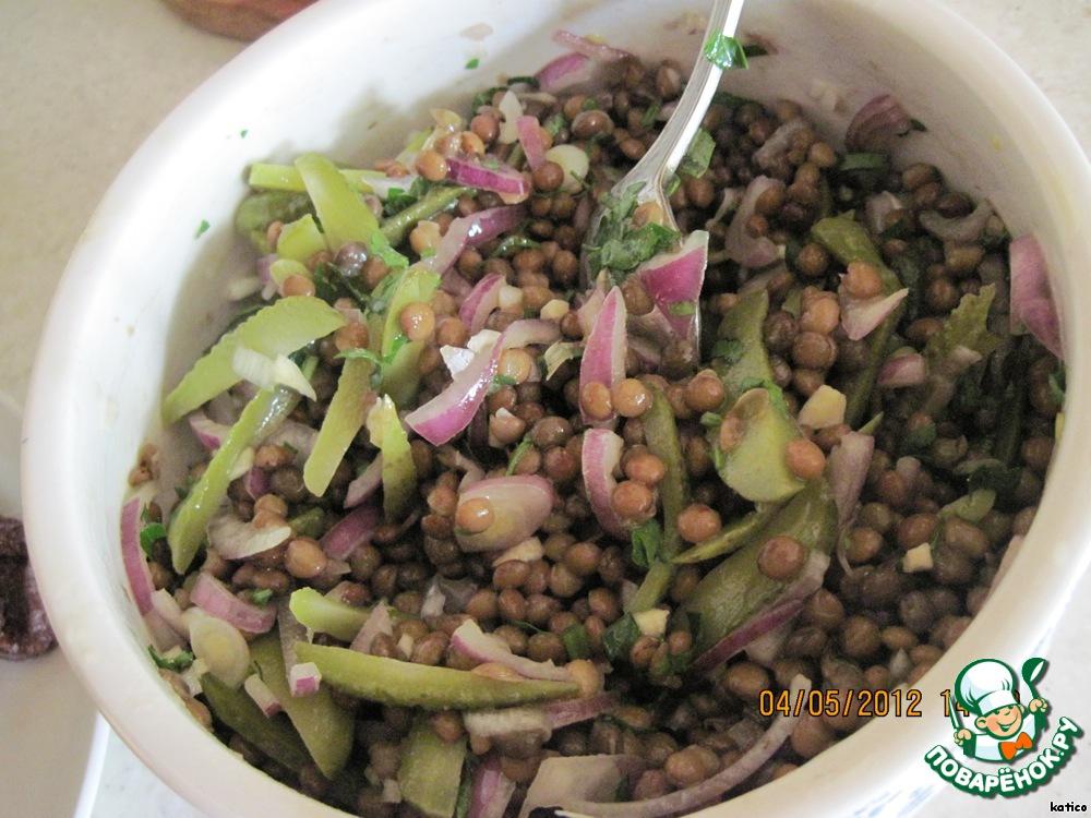 Смешиваем чечевицу с огурчиками, маслом с чесноком и луком, свежей зеленью и помидорами. Все, салат готов!
