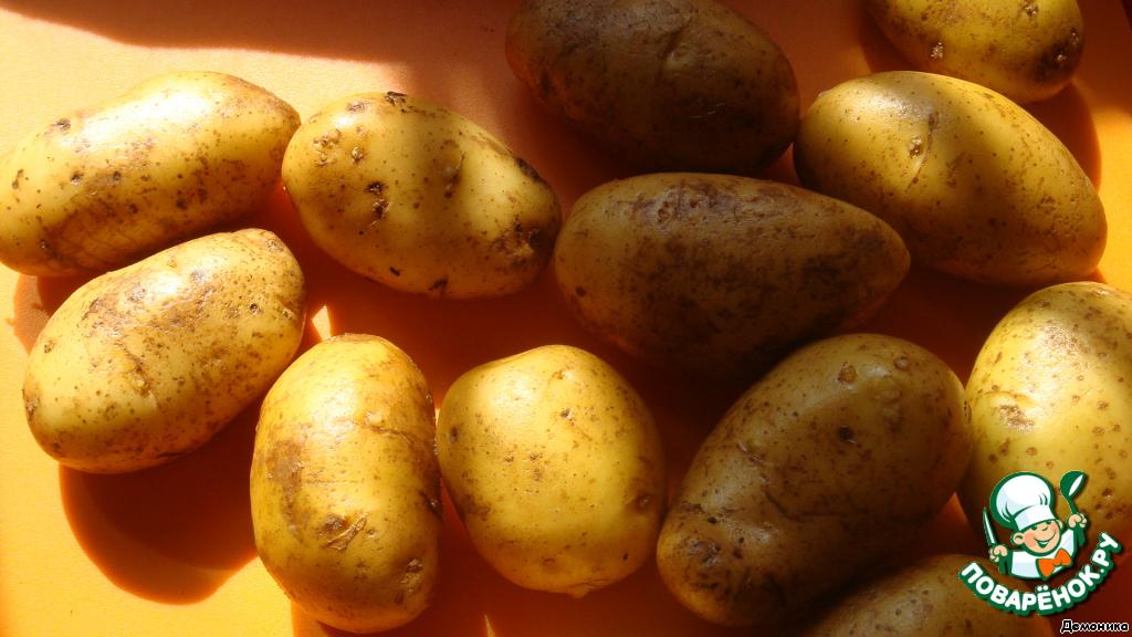 Подготовка продуктов идёт очень быстро, поэтому сначала ставим духовку на разогрев. Разогреваем до 180-200 градусов.   И готовим наш картофель. Желательно, чтобы он был приблизительно одного размера.    Картофель тщательно моем. Не просушиваем!