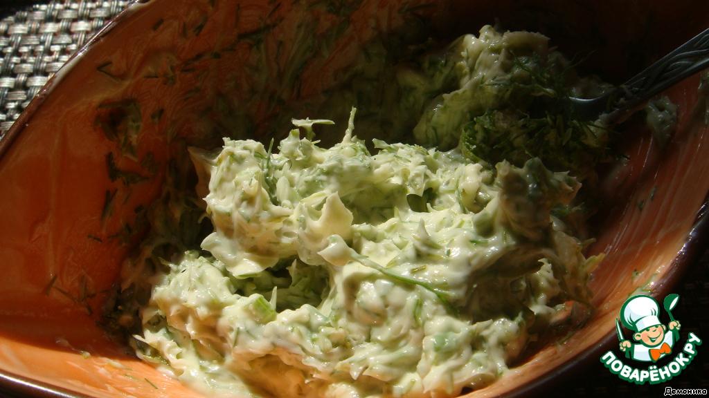 А мы займёмся начинкой. Тут ваша фантазия может разгуляться в полной мере. Это может быть и творог с чесноком и зеленью, и сальса из помидоров, и жареный лук, и солёная рыбка...    Да он и сам по себе очень вкусен.    Я предлагаю начинку самую простую.    В размягченное сливочное масло добавить соль, мелко нарезанный укроп и давленый чеснок. Эта начинка только подчеркнёт вкус нашего картофеля и заставит его просто благоухать. Размешали? Поставьте в холодильник.