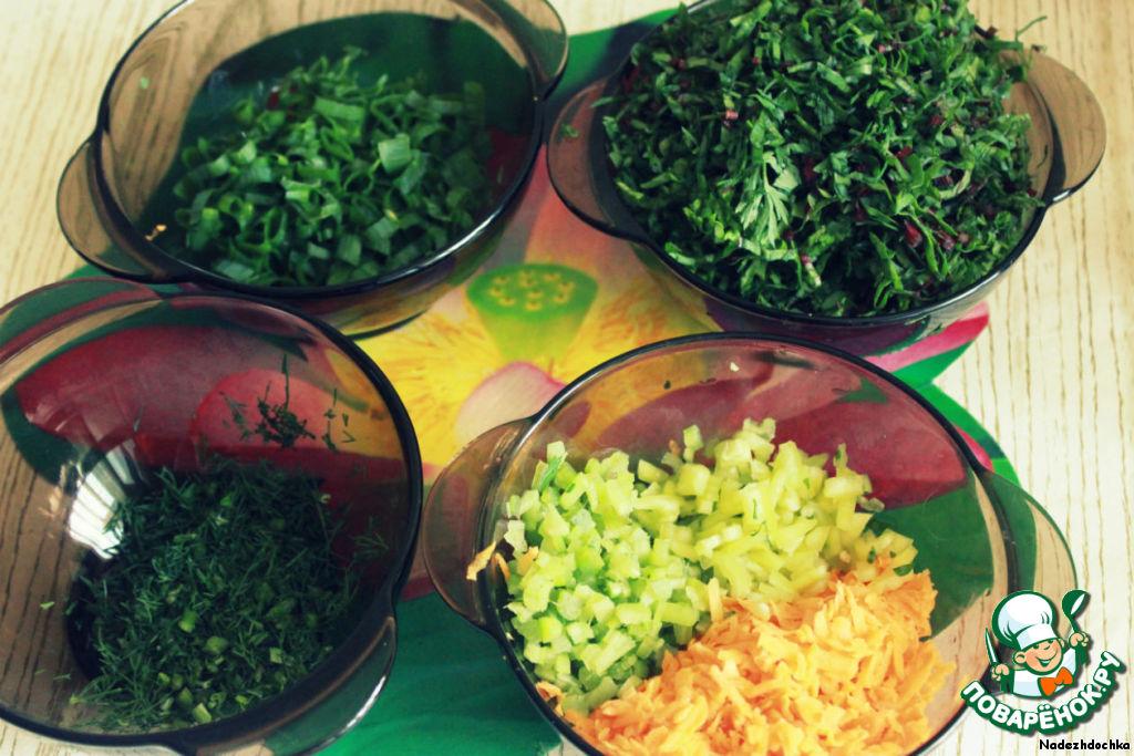 Всю зелень нарезать очень мелко, ревень очистить и также мелко нарезать, морковь натереть на терке