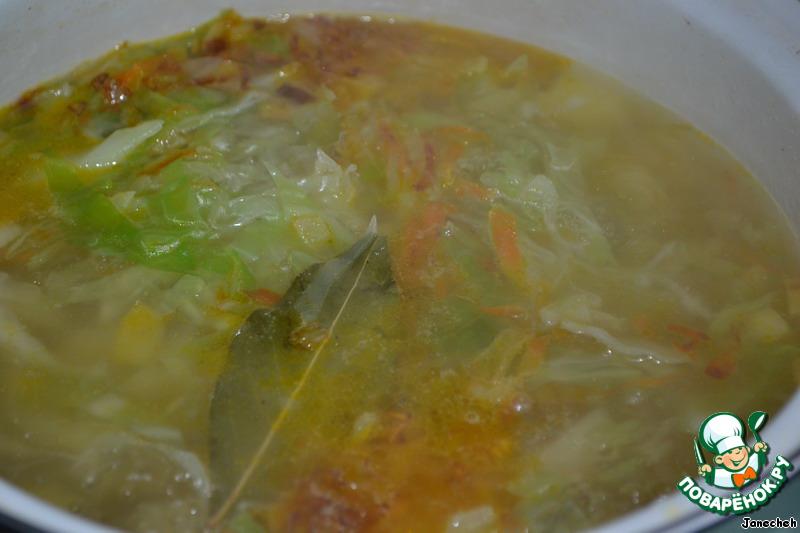 Следом за капустой идет зажарка из овощей и лавровый лист.