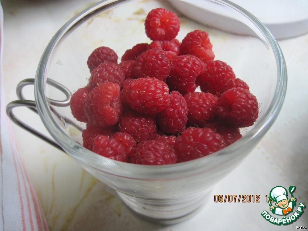 А мы тем временем вымоем и полностью обсушим ягоду.