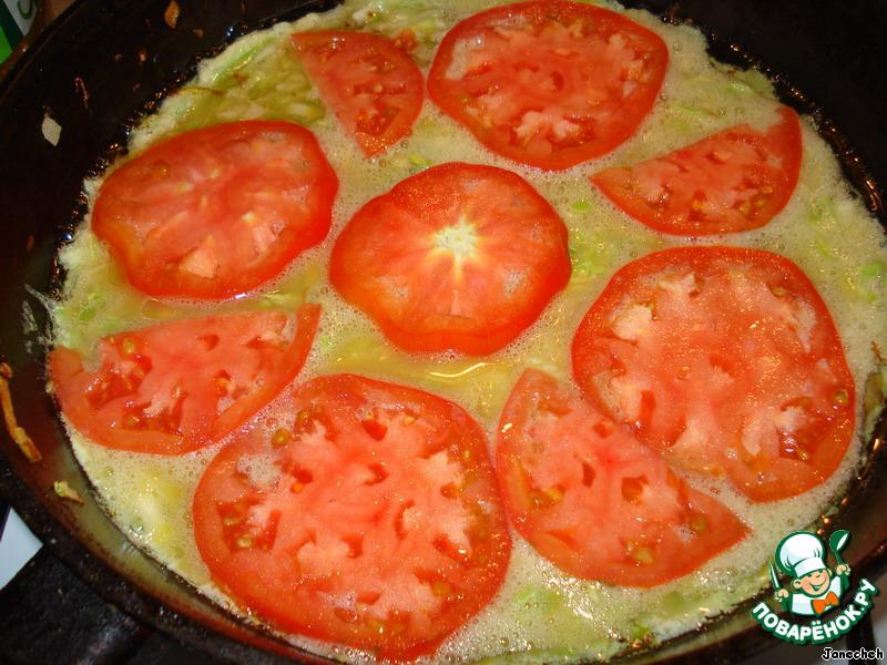 Выложить сверху, например, порезанный помидор, уменьшить огонь, накрыть крышкой и подержать на огне до готовности.    Можно запечь в духовке или мультиварке.