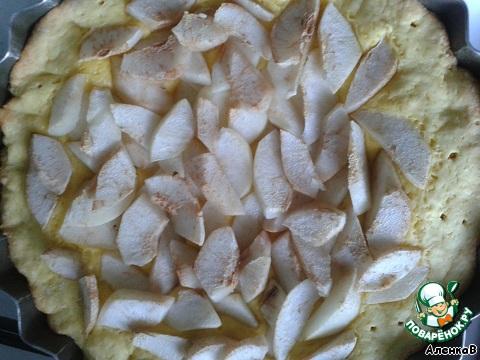 Поставить в разогретую до 180 градусов духовку, выпекать в течение 25-30 минут. Затем пирог достать из духовки, немного остудить. Духовку переключить на 150 градусов.