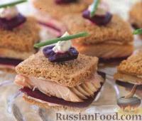 Сендвичи с копченой форелью и свеклой