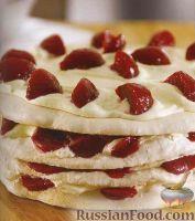 Торт-безе со сливами и сливочным кремом