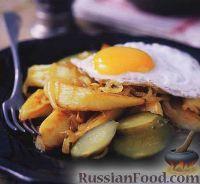 Жареная картошка с луком и яичницей