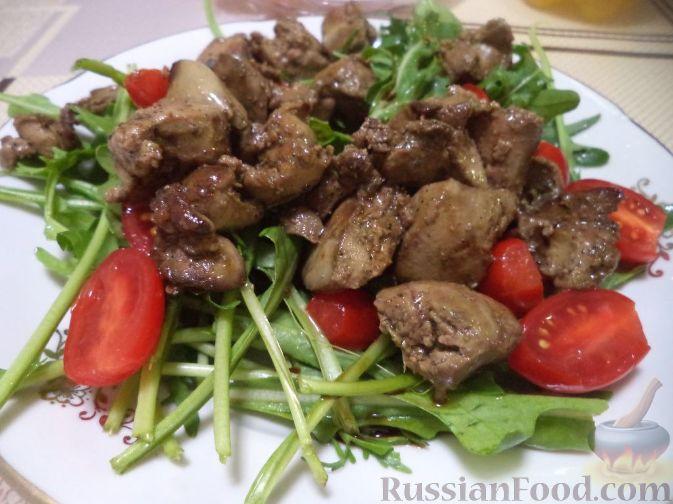 Теплый салат из куриной печени с рукколой
