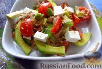 Салат из авокадо, тунца, помидоров и сыра