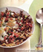 Картофель хэш-браун с яичницей и овощной сальсой
