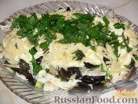 Слоеный салат с рыбой и грибами