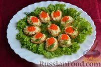 Канапе с красной икрой и сырным салатом