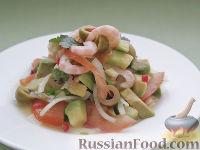 Оригинальный салат с креветками и авокадо, под кулисом с белым вином