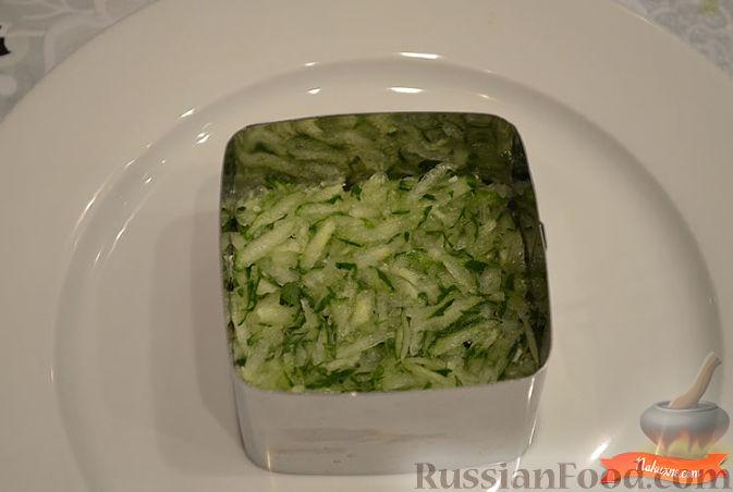Как приготовить слоеный салат с куриной грудкой:     Нарезать запеченную куриную грудку.   Нарезать помидор.   Натереть огурец на крупной терке.   Натереть по отдельности белок и желток.   Порубить зелень для украшения.   Выложить слоями салат: куриное филе, огурец, белок, помидор, желток.