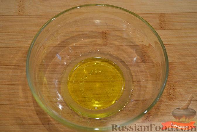 Смешать вилкой сок лимона и оливковое масло.