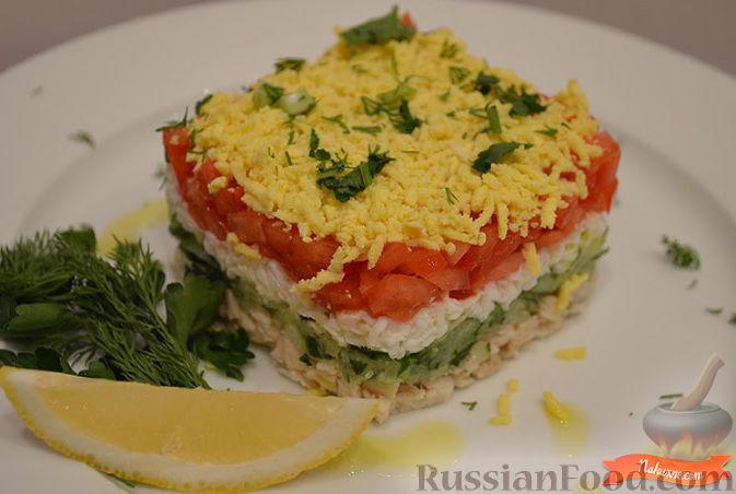 Полить салат соусом, посыпать зеленью.  Подавайте слоеный салат с куриной грудкой, приятного вам аппетита!