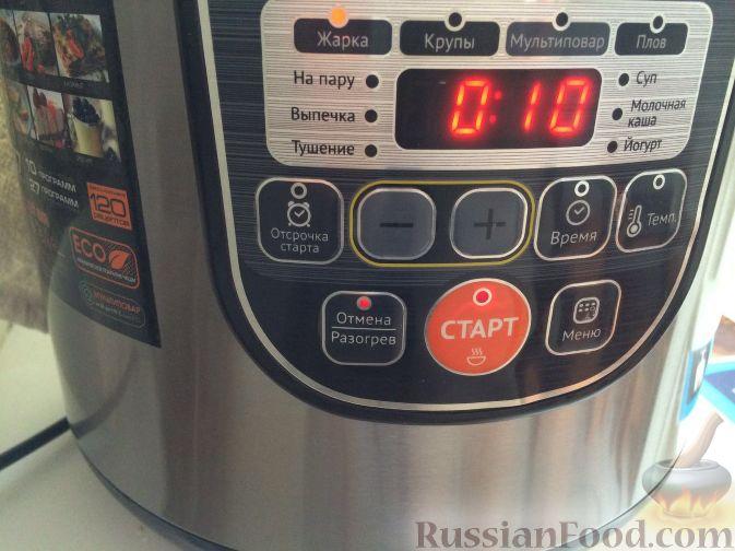 Обжаривать лук и мясо до золотистого цвета в чаше мультиварки в режиме «Жарка» 10 минут.