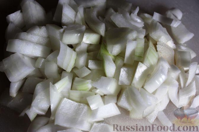 Очищенную луковицу измельчить.