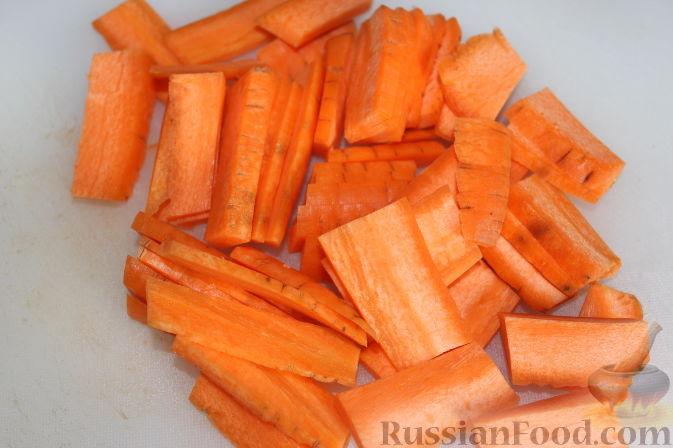 В это время порезать крупно морковь.