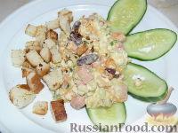 Тёплый салат с фасолью, омлетом и сухариками