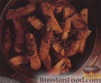 Картофель фри с луком и острым соусом