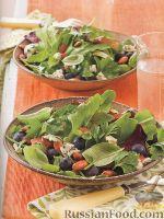 Зеленый салат с черникой, сыром и миндалем