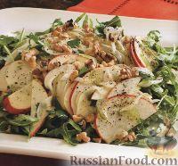 Салат из яблок, рукколы, фенхеля, сельдерея, шалота и орехов