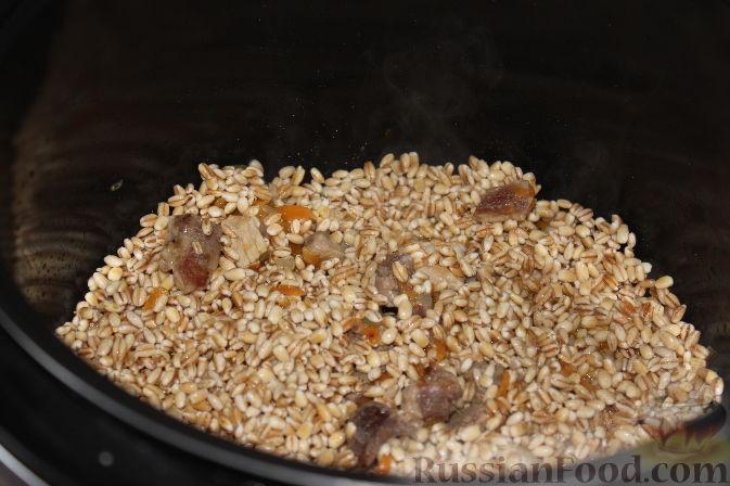 После того, как программа «Жарка» закончится, в чашу к мясу и овощам добавить перловку.