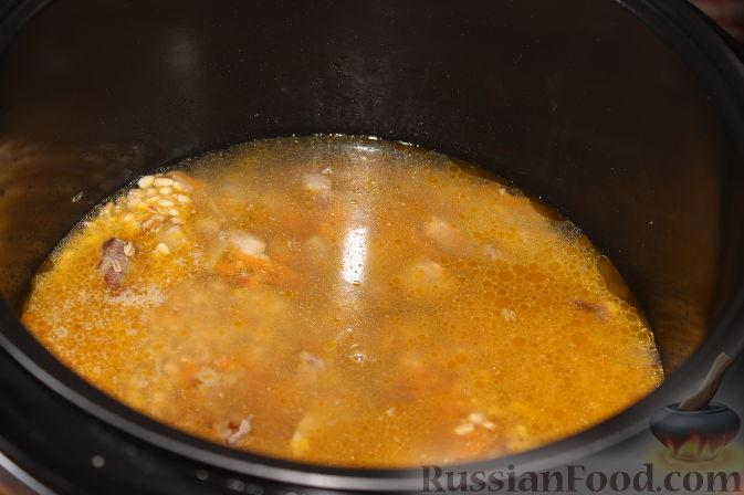 Налить воду, посолить и добавить приправы для мяса по вкусу.