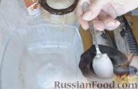 Как замариновать скумбрию в домашних условиях:     Влить в миску 1 стакан горячей воды. Добавить соль.