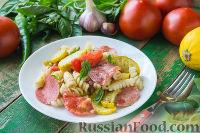 Теплый салат из пасты, с колбасой, помидорами и цуккини