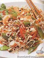 Салат из рисовой лапши с креветками, зеленым горошком и морковью