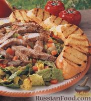 """Салат """"Цезарь"""" с говядиной и жареным багетом"""