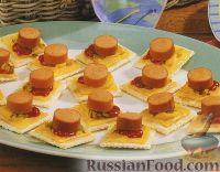 Закуска на крекерах, с сыром и сосисками
