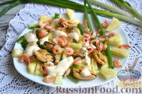 Салат с креветками, мидиями и свежим ананасом