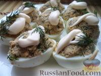Фаршированные яйца с рыбными консервами