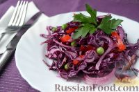 Салат из краснокочанной капусты, с перцем и зеленым горошком