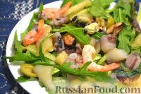 Салат из морепродуктов, с огурцами, рукколой и оливками