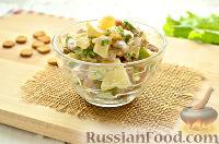 Салат с ананасом, копченой курицей, грибами и сухариками