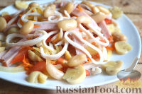 Салат с кальмарами, ветчиной и грибами