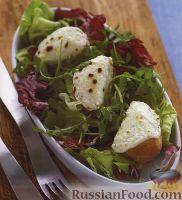 Салатные листья с жареным багетом
