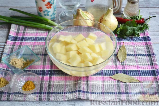 Картофель очищаем, нарезаем кубиками и заливаем холодной водой.