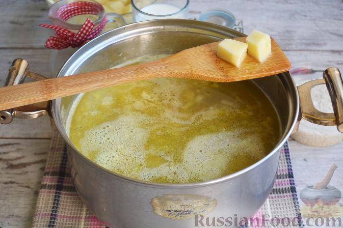 С картошки сливаем воду и кладем в кастрюлю.