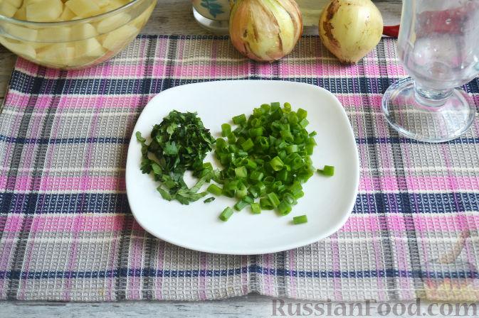 Мытый зеленый лук нарезаем мелко. Кинзу моем и нарезаем тоже мелко.