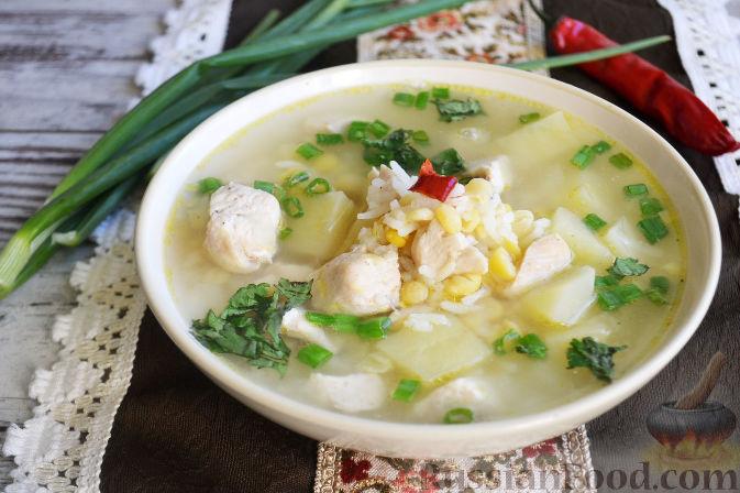 Подаем гороховый суп с мелко нарезанным зеленым луком и измельченной кинзой.