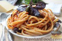 Спагетти с томатным соусом, оливками и каперсами